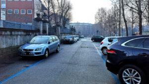 """Zona ospedale, """"strisce blu"""" e parcheggiatori abusivi"""